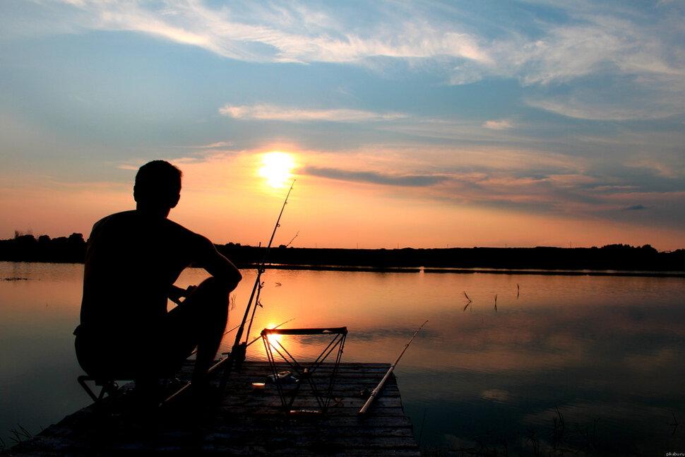 Поймал удочкой рыбу