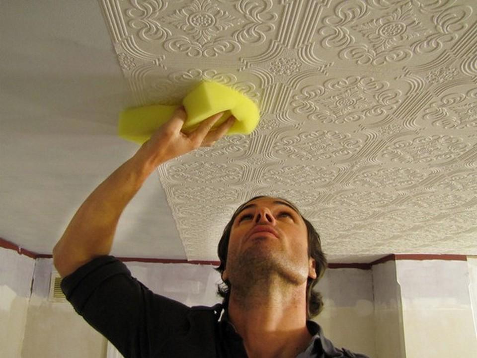 Наклейка обоев на потолок своими руками
