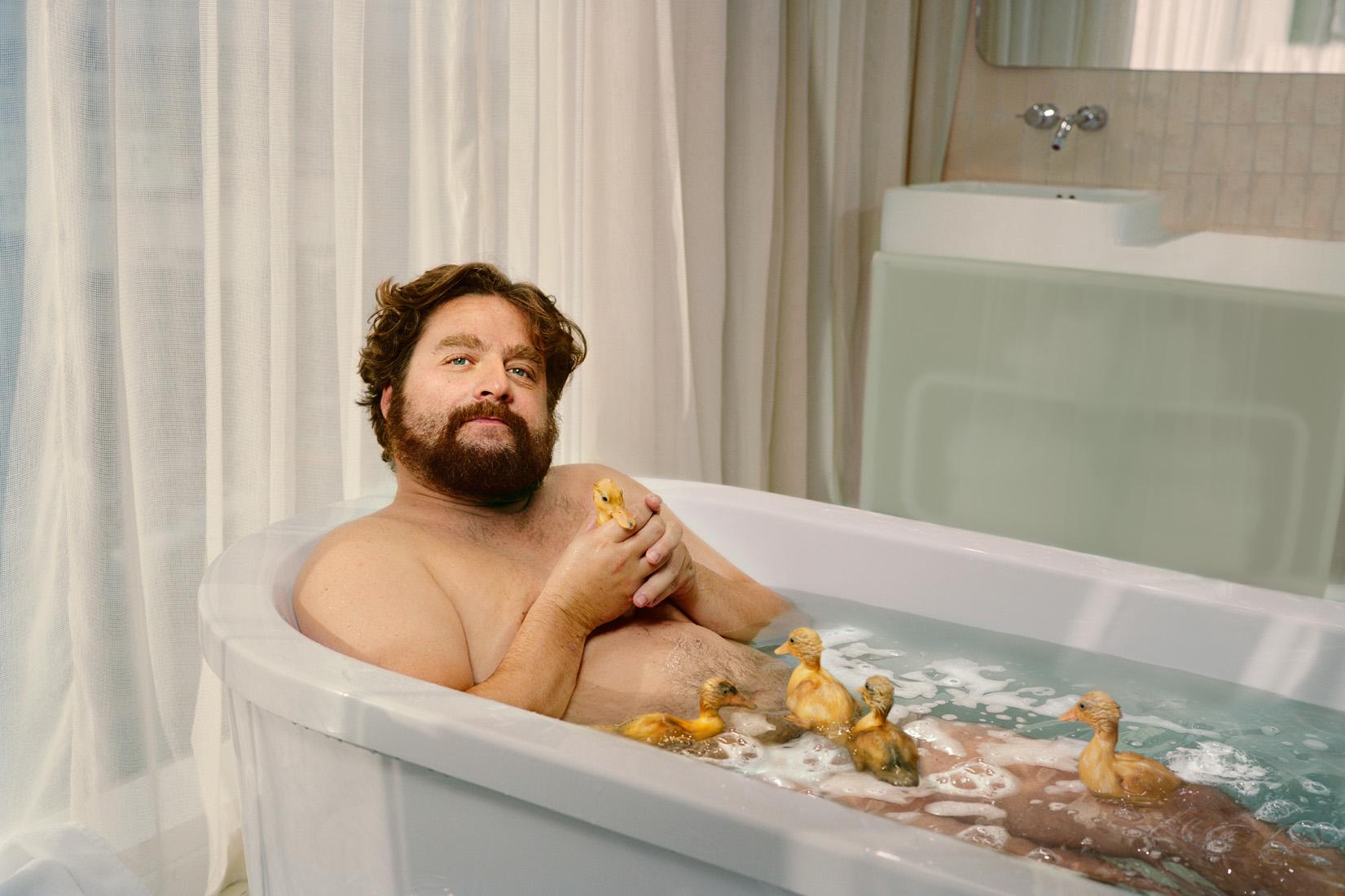 Принимает ванну в трусах 27 фотография