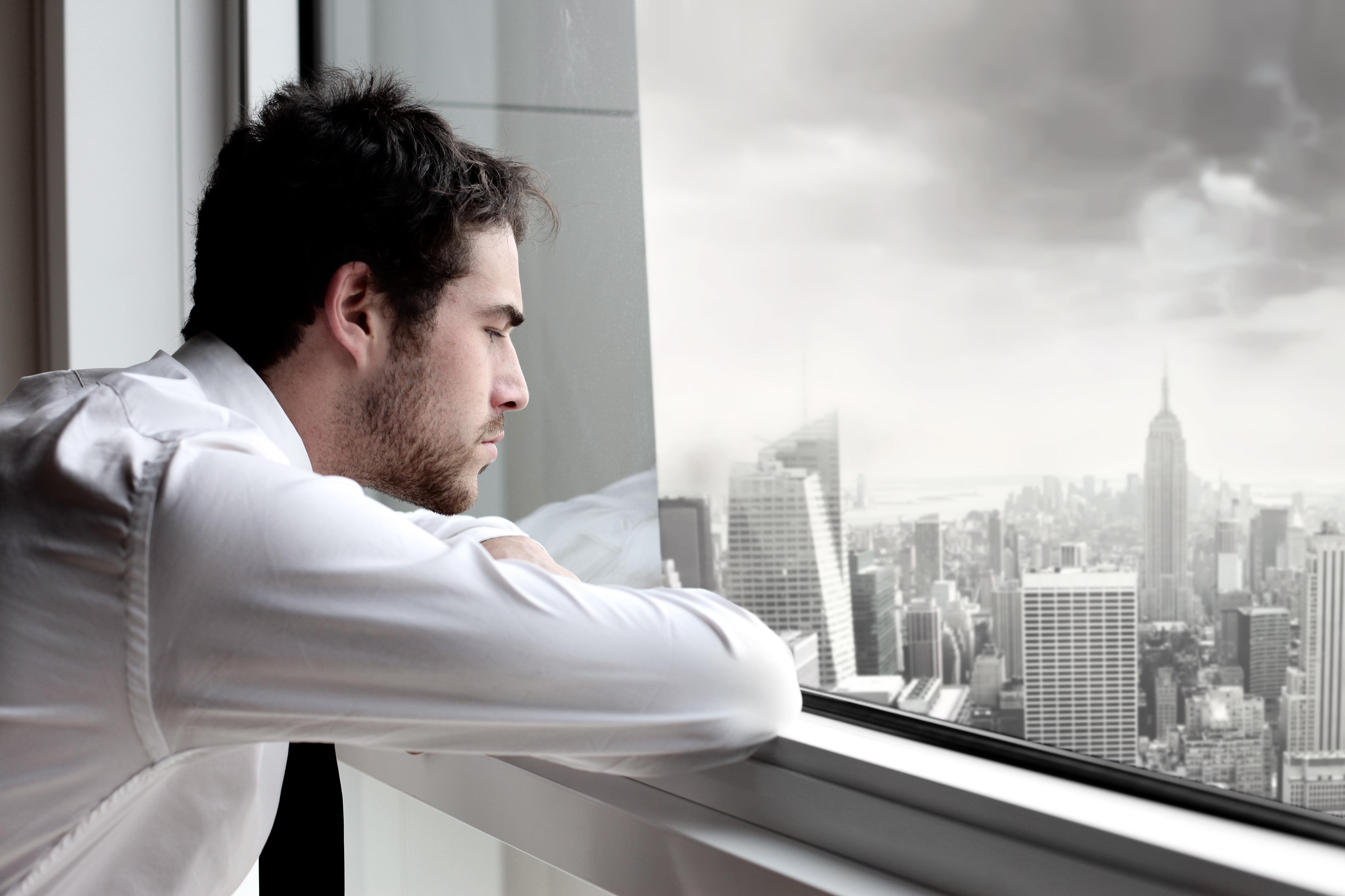 Фото мужик у окна 5 фотография
