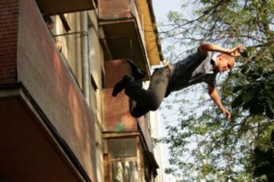Прыгать с балкона, как считает сонник — участие в рискованном деле, выгода которого весьма сомнительна.