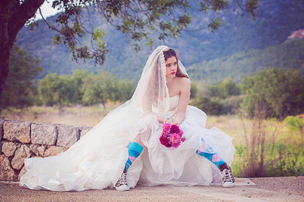 Если молодой девушке приснилось, что она убежала с чужой свадьбы, наяву ей следует избегать сомнительных действий.