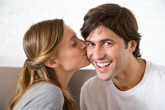 Днем рождения, поцелуи в щеку открытки