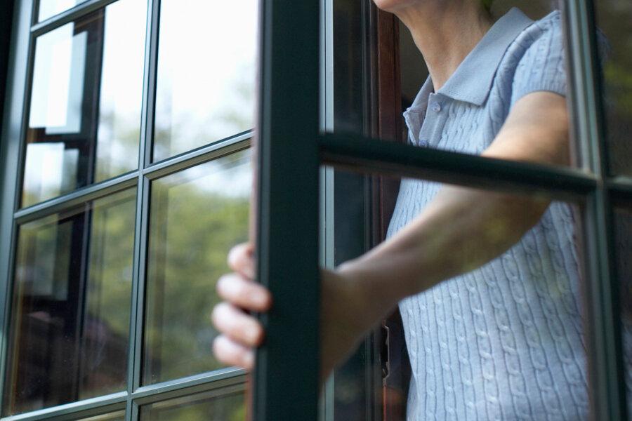 Женщина в Пено обругала полицейского из окна
