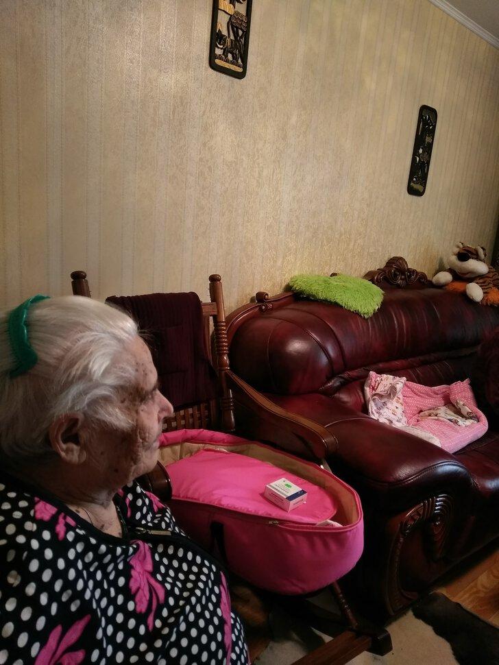Тем, кому довелось увидеть во сне покойных бабушку и дедушку, сонники советуют обратить внимание на это сновидение, поскольку в нем содержится зашифрованная информация, которая, в большинстве случаев, касается родственников.