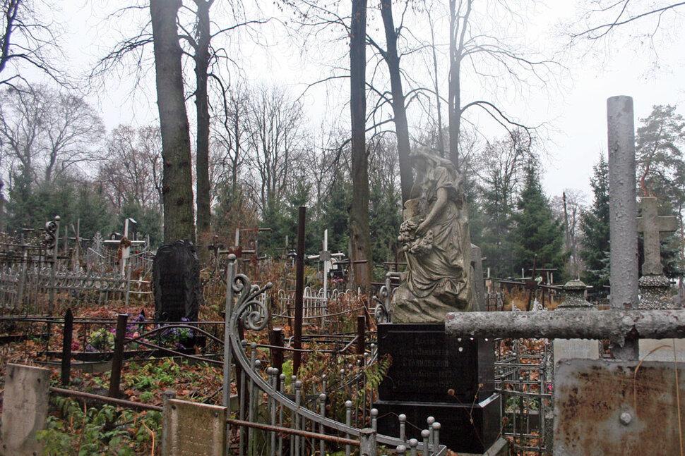 Кладбище во сне – довольно тревожный и неприятный символ.