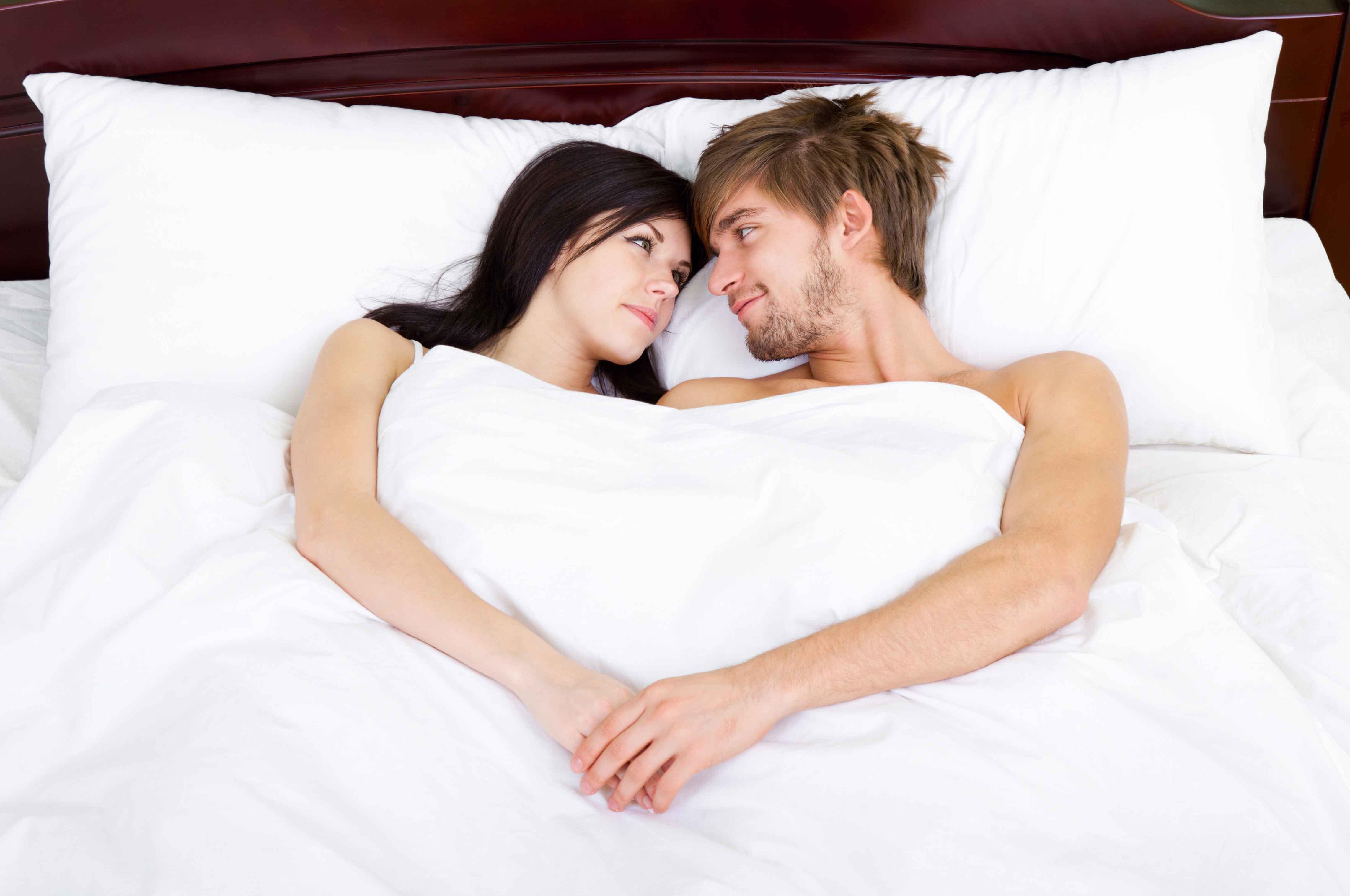 Молодая парочка на белой постели фото беременных