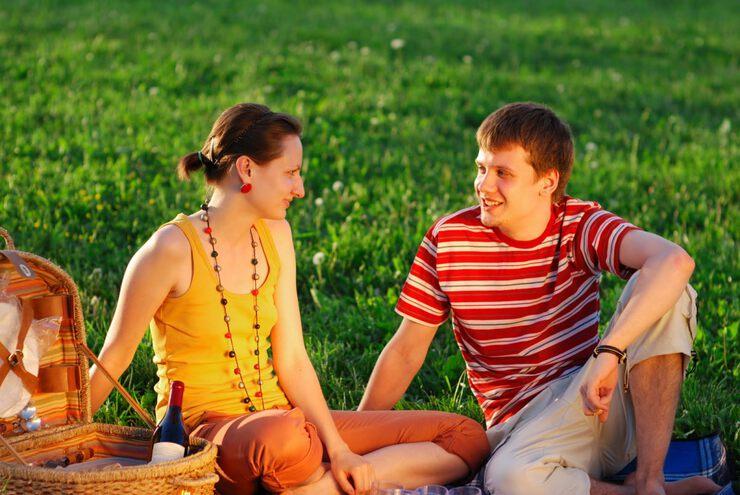 гости и женщина приглашает знакомится молодым в парнем на улице