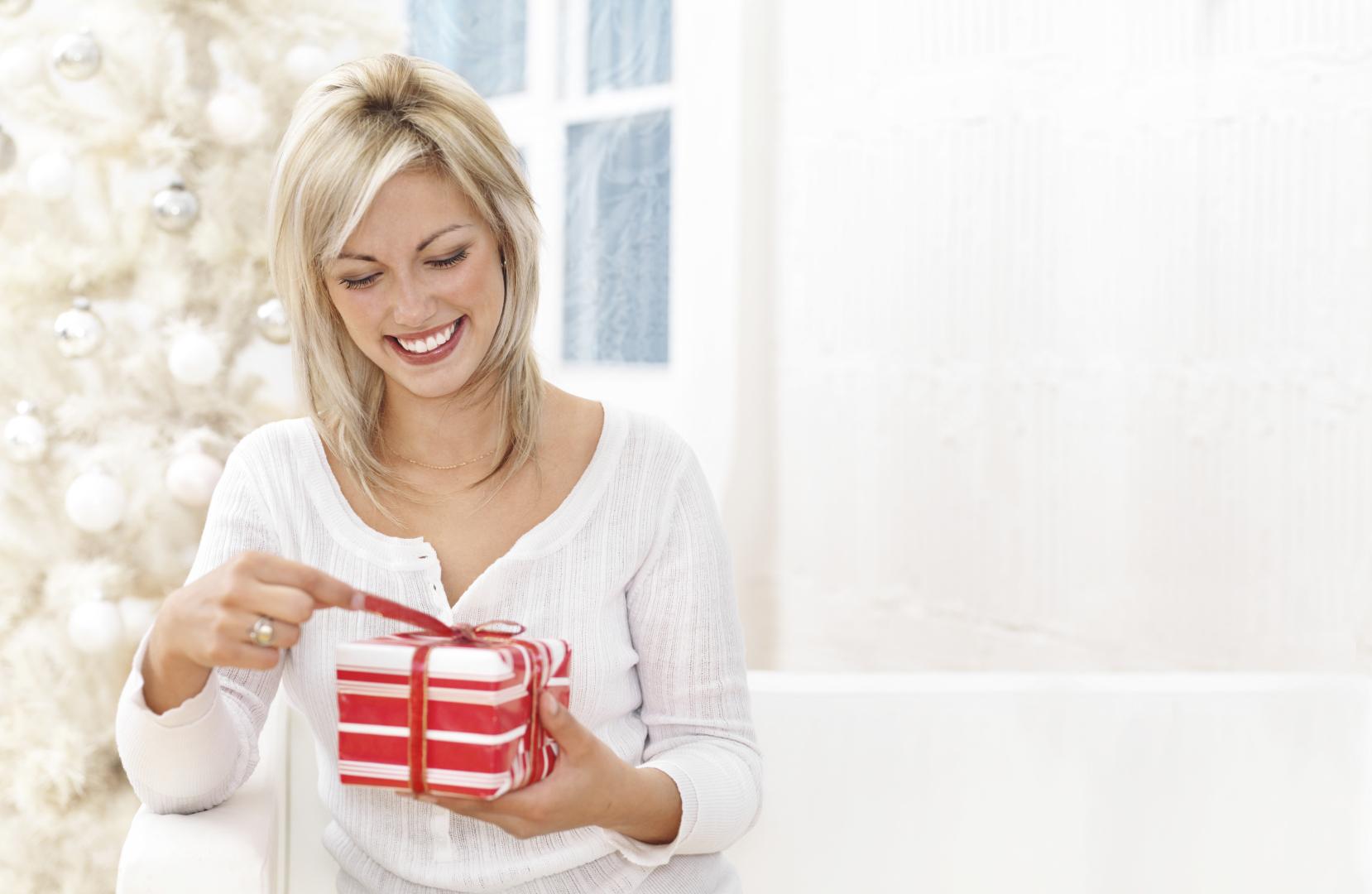 Картинка девушка радуется подарку