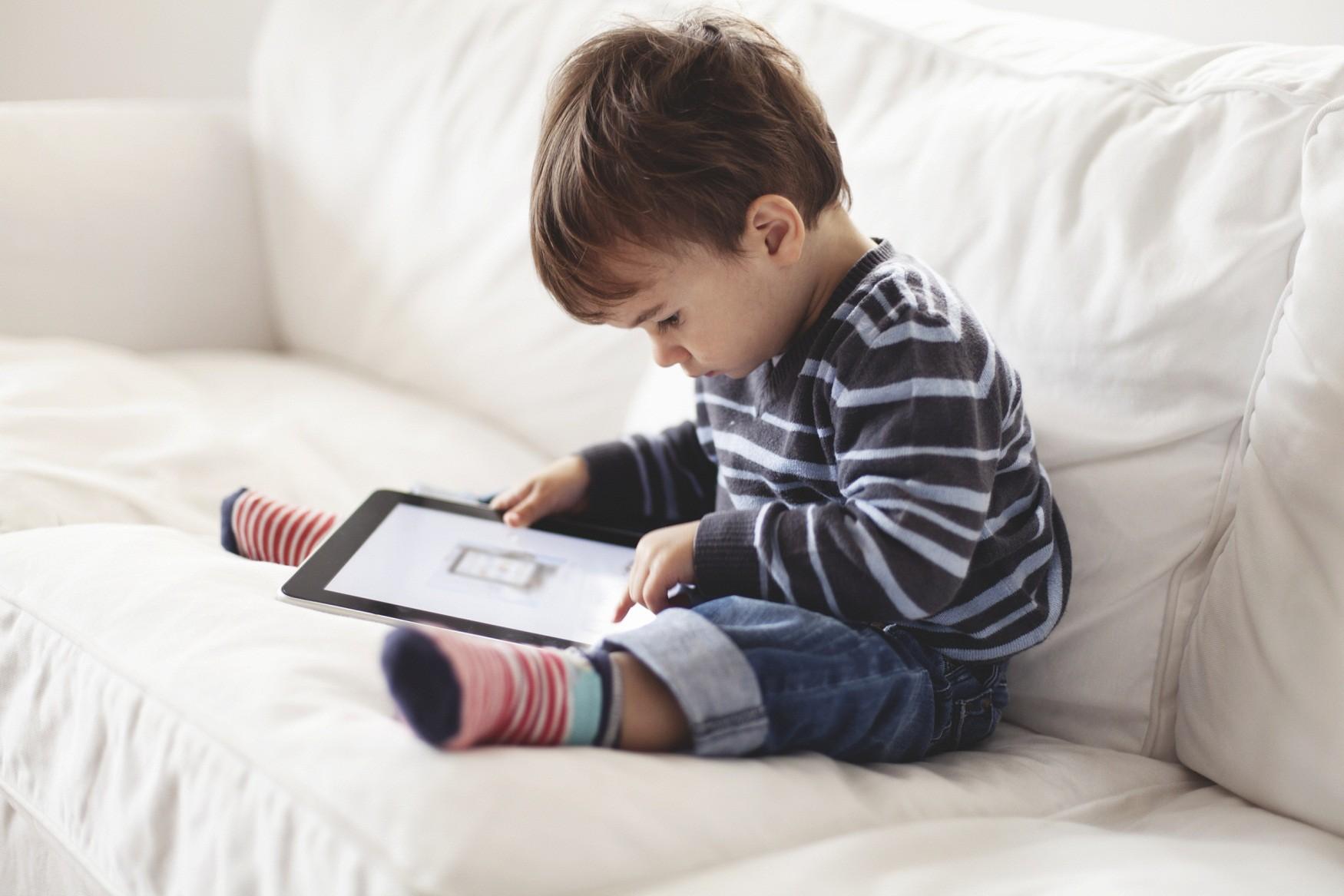 Картинки мальчик играет в телефон