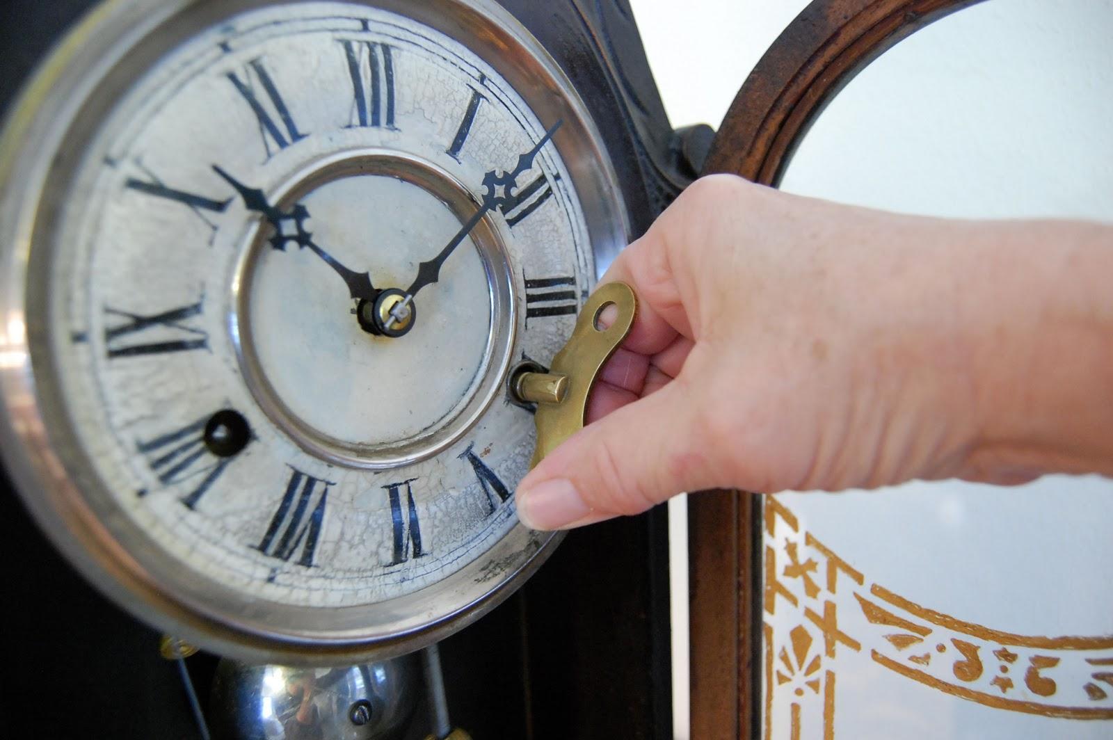 Например, не размахивая руками при ходьбе, дабы не допустить столкновения часов со стенами и углами.