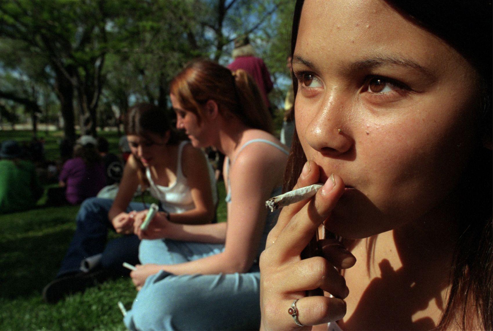 молодые курящие русские