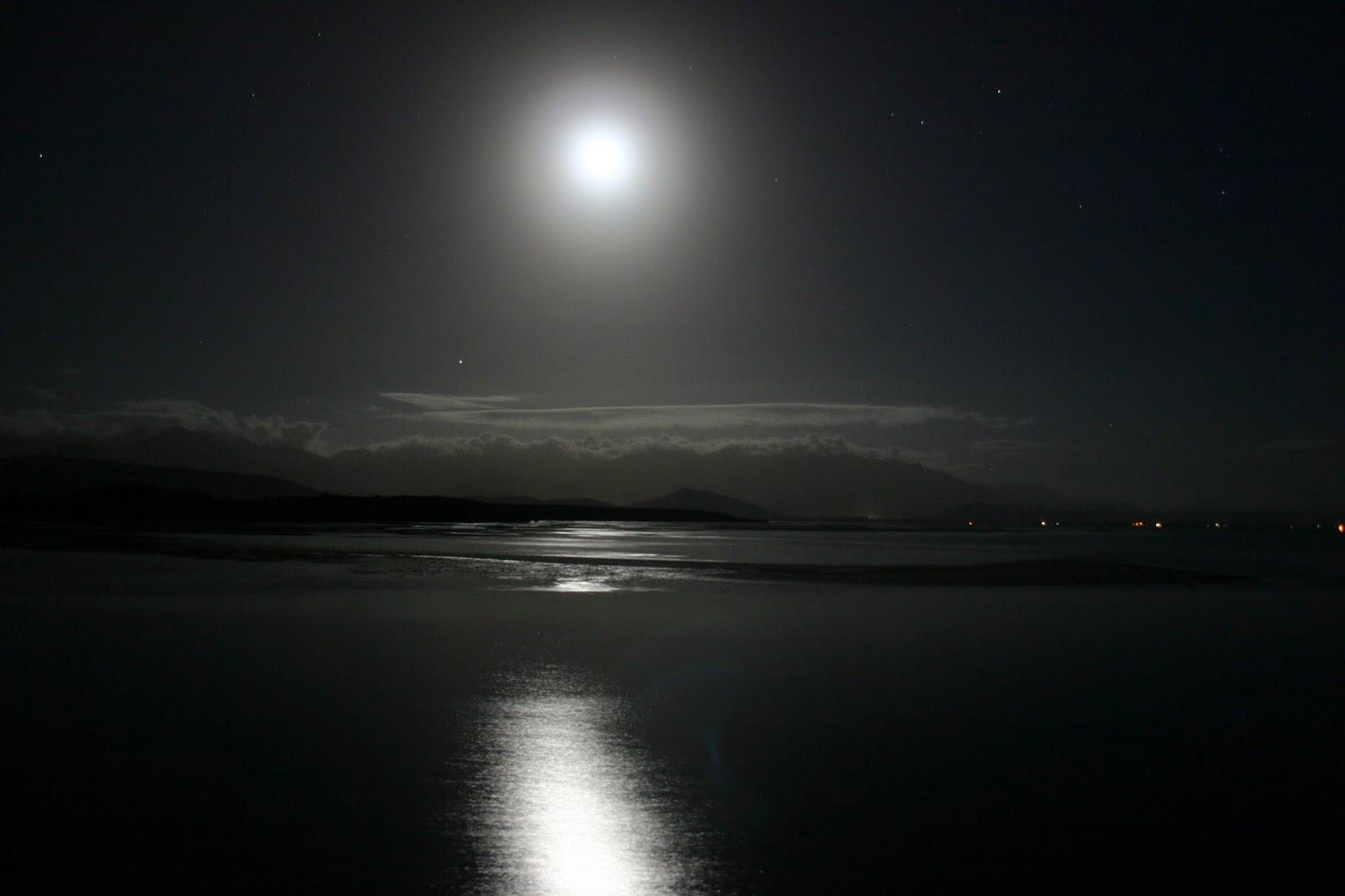 через минуту фото отражение луны в воде подушка-сердце кармашком вяжется
