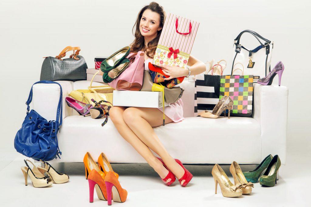 Картинка девушка с покупками одежды, летие