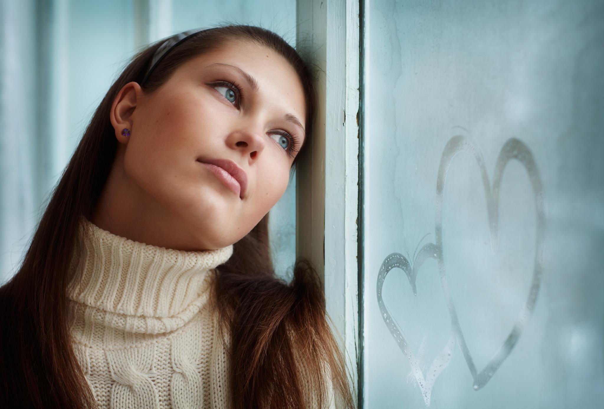 Картинки девушка думает о любимом, мая открытка поздравлением