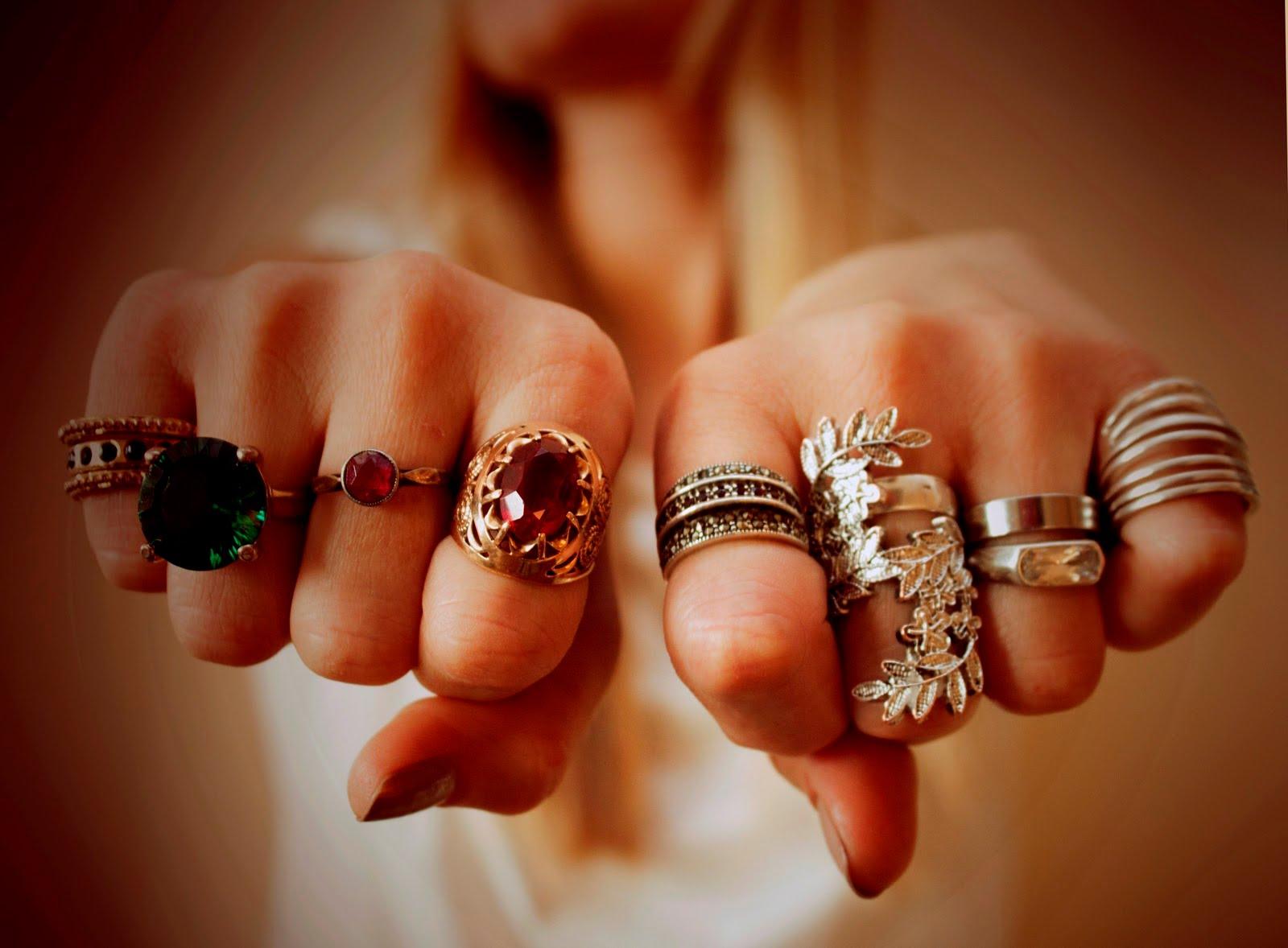 Кольцо во сне увиденное во сне обручальное кольцо предвещает скорую свадьбу и счастливое супружество.