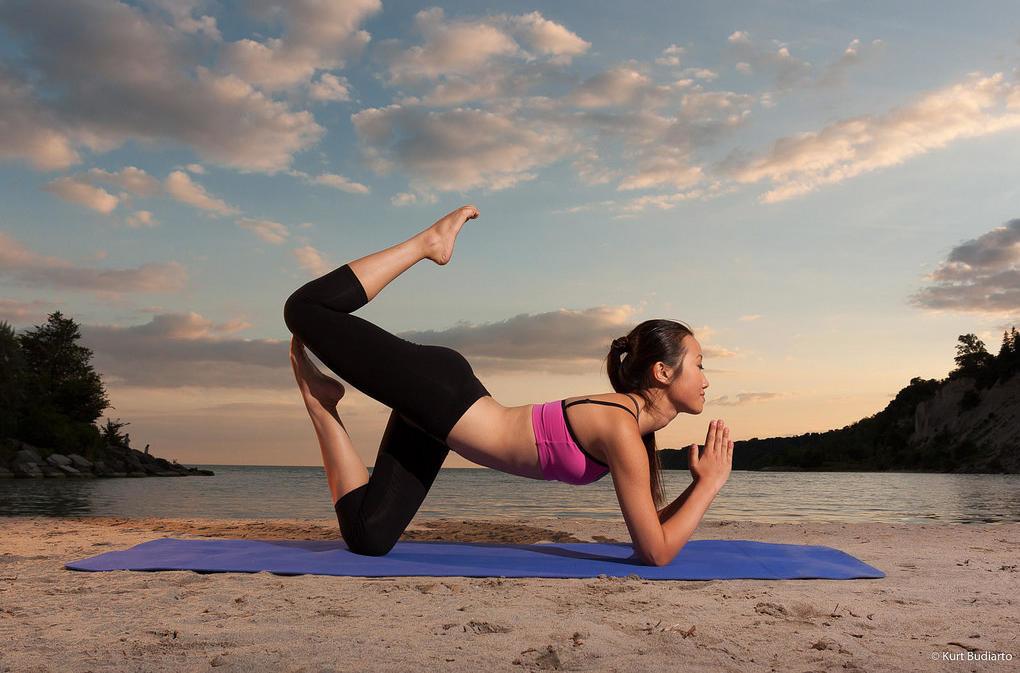 позы йоги для фотосессии фитнес-центре находятся тренажерные
